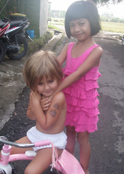 Lee Anna's young daughter, Shanti, playing with a local Balinese girl in the gang next to their villa.