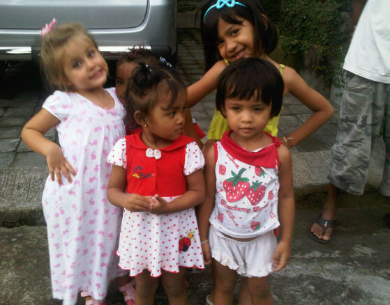 Lee Anna's young daughter, Shanti, playing with local Balinese girls.